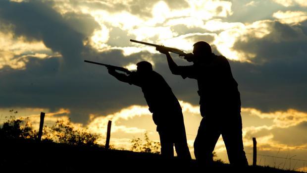 Dos varones cazando en una finca - ABC